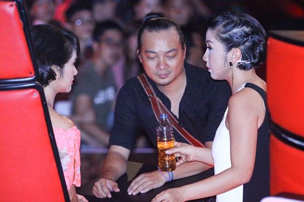 Trong lúc giải lao, Mỹ Linh thường xuyên qua trò chuyện với Hồng Nhung.