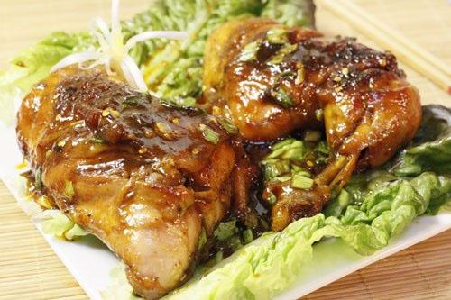 Nếu bạn đang băn khoăn tối này ăn gì thì món đùi gà rim mặn là một gợi ý hay cho bạn đấy.