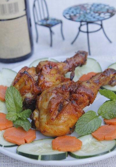 Thịt gà mềm thấm gia vị, ăn cay cay, lạ miệng và hấp dẫn. Bạn có thể dùng làm món nhắm lai rai cùng bạn bè hoặc dùng làm món mặn ăn với cơm.