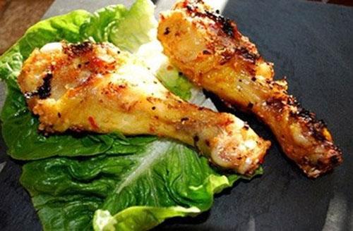 Mát trời ăn đùi gà nướng sả thật ngon, ăn không hoặc kèm với cơm đều phù hợp.
