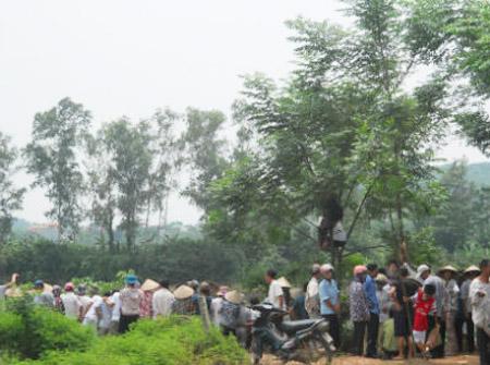 Người dân tụ tập kín bờ sông, nơi vớt xác nạn nhân xấu số.