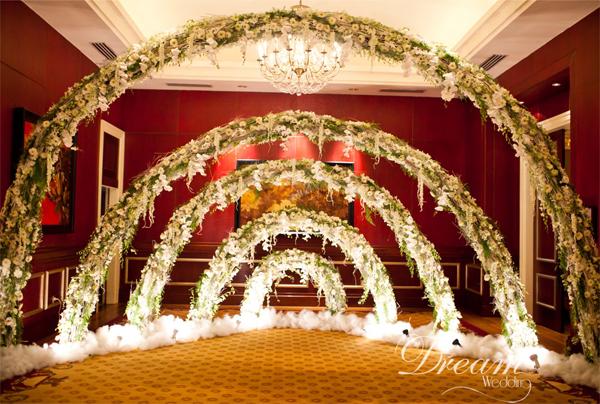 Khu vực chụp hình ở nơi đón khácđược trang trí bằng những vòng cung hoa tuyệt đẹp.