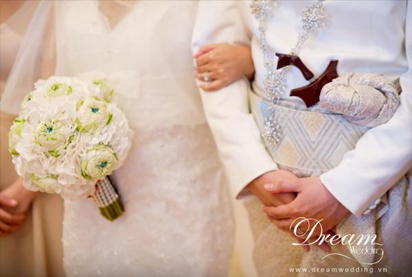 Hoa cầm tay của cô dâusử dụng sen trắng và hoa cẩm tú cầu trắng.