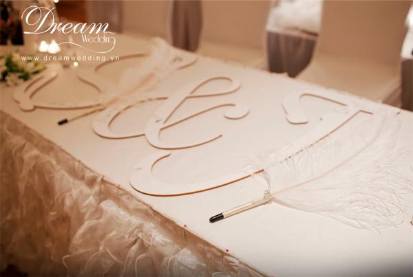Thay vì chọn liễn ký tên hay sổ lưu niệm thông thường,cách điệu bằng chữ cái tên cô dâu chú rể cho khách ký lên.