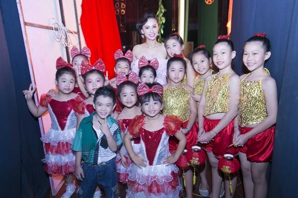 Huyền Ny được các vũ công nhí vô cùng yêu mến khi liên tục xin chụp ảnh cùng cô phía sau hậu trường.