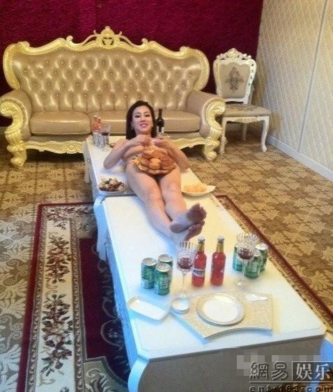 Ngày 18/9 vừa qua, nữ ca sĩ Mạc Lộ Lộ đã tổ chức một bữa tiệc trung thu tại nhà