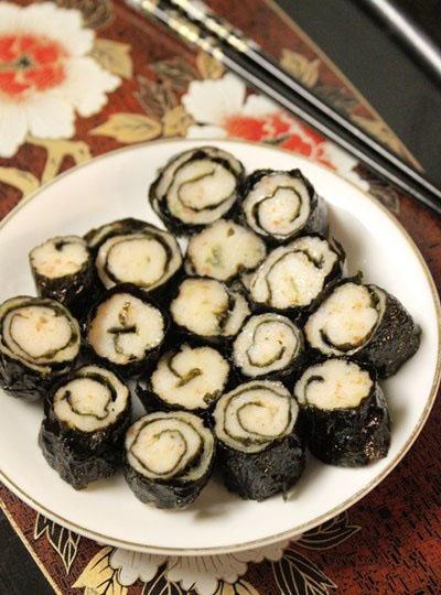 Chả tôm được bọc bên ngoài một lớp rong biển, khi chiên thịt tôm dai và ngọt, lá rong biển thì giòn, dùng ăn không hay ăn với cơm đều ngon.
