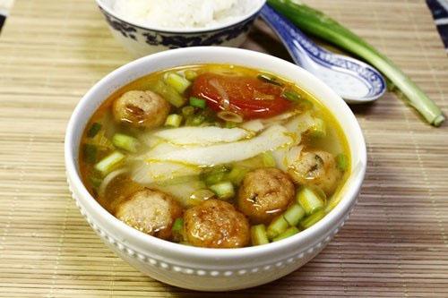 Thử đổi món cho bữa cơm nhà bạn với cá viên chiên, ăn lạ lạ mà ngon, nấu kèm với măng chua và cà chua.