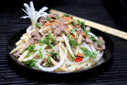 món nộm đơn giản với măng giòn, quyện với vị chua nhẹ, thịt bò ngọt, chắc hẳn các thành viên trong nhà bạn sẽ mê tơi.