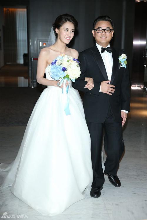 Đám cưới của Tống Kỷ Nghiên diễn ra tối 20/9 tại một nhà hàng, trái với tin đồn về một hôn lễ xa hoa trước đó. Trong ngày thành hôn, cô dâu khoác trên mình chiếc váy điệu đà trị giá khoảng