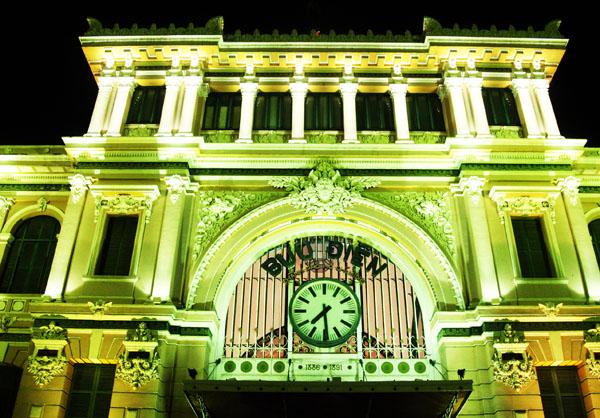 Bưu điện Trung tâm TP HCM  là công trình kiến trúc cổ kiểu Pháp đặc sắc với hơn 120 năm tuổi, thu hút đông đảo khách du lịch trong nước và nước ngoài khi đặt chân đến TP HCM. Trước đây bưu điện chỉ có hệ thống chiếu sáng đảm bảo an toàn giao thông.
