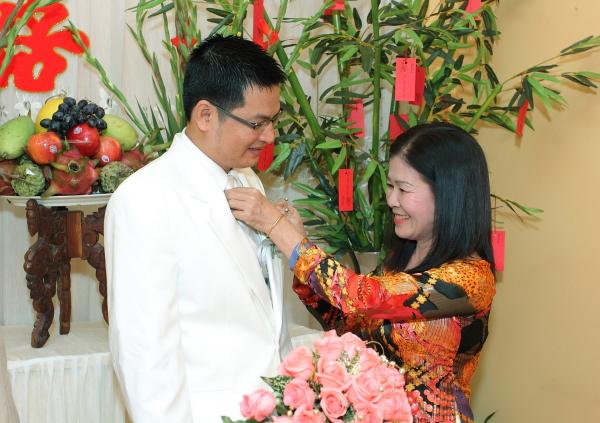 Với gia đình: dựng vợ, gả chồng cho con.