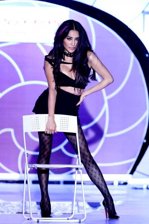Trong chương trình thời trang định kỳ diễn ra tối 24/9, diễn viên Trương Nhi khiến nhiều khán giả bất ngờ hoá thân thành một vũ công quyến rũ và tạo dáng sexy trên sàn catwalk.