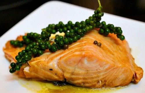 Cá hồi là loại cá nhiều dưỡng chất, đặc biệt là axit Omega 3 rất có lợi cho sức khỏe. Hãy cùng vào bếp trổ tài nấu món cá hồi kho tiêu bạn nhé.