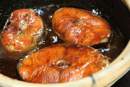 Thịt cá hồi có nhiều chất, thỉnh thoảng đổi bữa với món cá kho rất ngon, cả nhà bạn sẽ thích đấy.