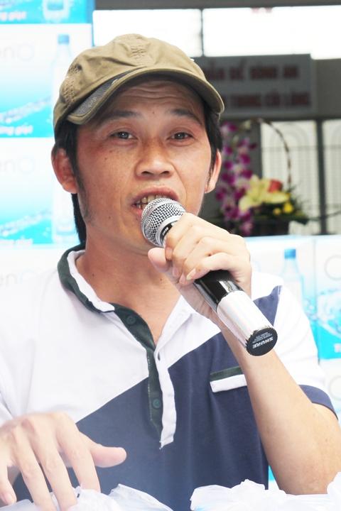 Hoài Linh ăn mặc giản dị đích thân đứng bán hàng cho khách cũng như những người hâm mộ.