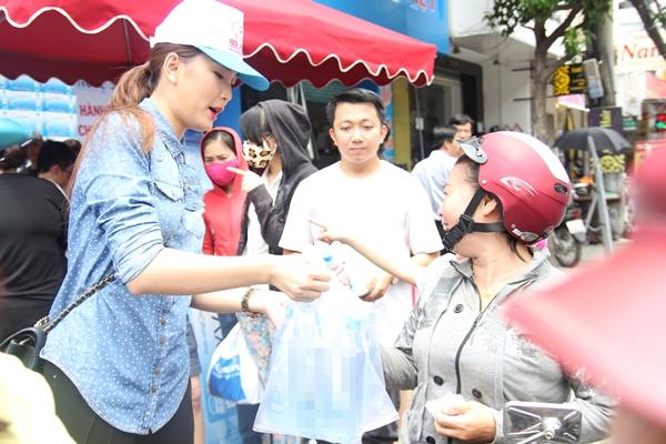 Buối bán nước còn có sự xuất hiện của người mẫu Lan Hương.