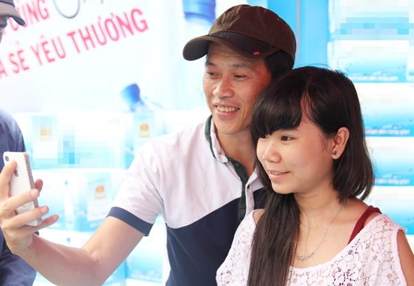 Tại buổi từ thiện, các khách mua hàng đều được chụp ảnh lưu niệm cùng với Hoài Linh.