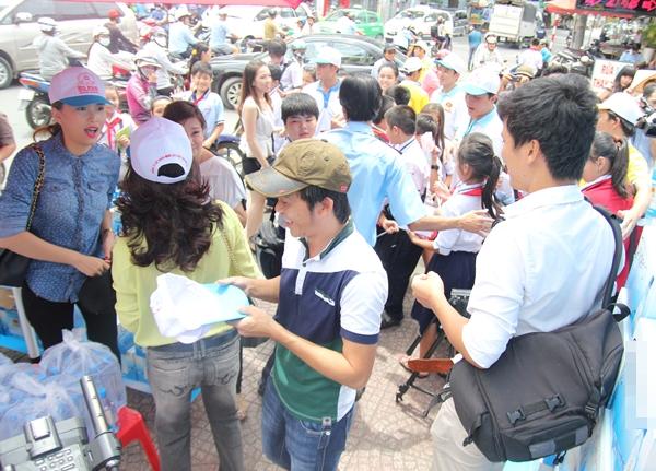 Tuy nhiên để buổi bán nước tiếp tục được diễn ra lực lượng bảo vệ đã có mặt để giải tán đám đông vay quanh xin chữ ký Hoài Linh.