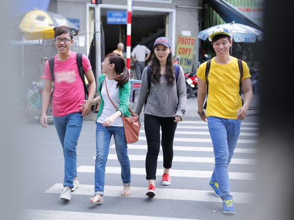 [Caption]Tò mò với cách làm quen mới lạ có tên gọi speed dating (hẹn hò tốc độ), cô nàng hotgirl đại học Văn Lang Phạm Thùy An (Facebook Phạm Thùy An) đã đồng ý theo nhóm bạn của mình cùng speed dating tìm người yêu.