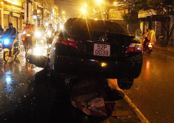Cảnh sát giao thông Tân Bình có mặt lập biên bản, xử lý. Xe cứu hộ được điều đến cảu hai xe bị nạn khỏi hiện trường.