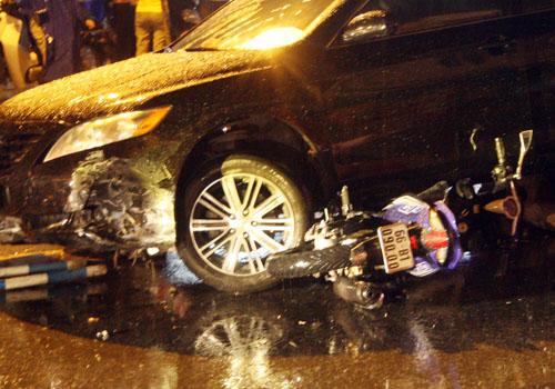 Đầu ôtô chồm đè bẹp đoạn dải phân cách bằng sắt, bánh xe cán bẹp  xe Exciter đi chiều ngược lại. Rất may người đàn ông trên xe máy kịp nhảy thoát ra ngoài, chỉ bị trầy nhẹ ở chân. Tài xế ôtô không bị thương hốt hoảng thoát xuống.