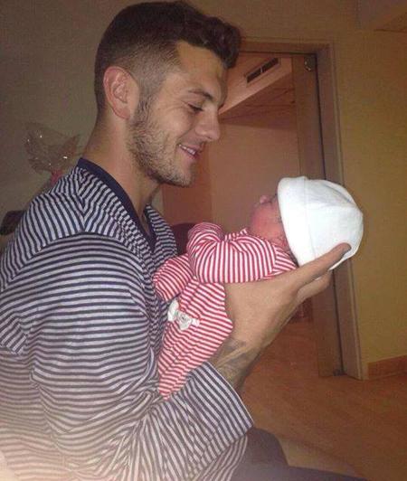 Wilshere khoe con gái mới sinh trên Twitter và Facebook.