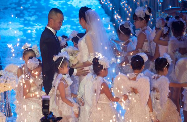 Sự kiện - Ngọc Thạch thay hai váy trong lễ cưới