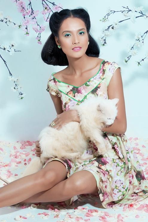 Người đẹp diện những mẫy váy hoa trẻ trung mà vẫn toát lên sự quyến rũ.
