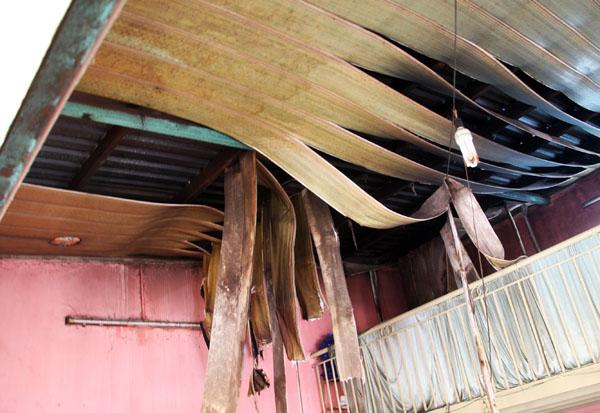 Trần nhà quán bún bò kế bên bị cháy xém. Ảnh: Châu Thành