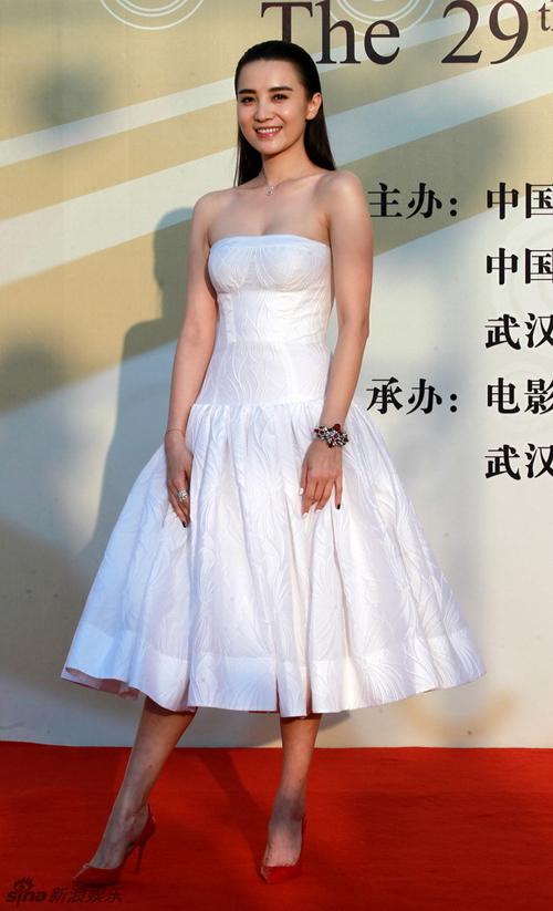 Tiểu Tống Giai đẹp duyên dáng với bộ đầm trắng.