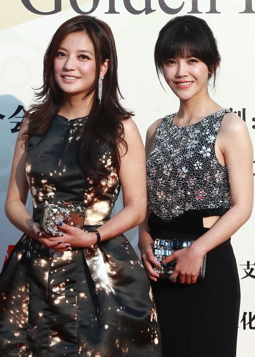 """Triệu Vy và đàn em Dương Tử San song hành trên thảm đỏ. Năm nay, Én nhỏ dành được giải Nữ đạo diễn mới xuất sắc, với thành công của """"So Young""""."""