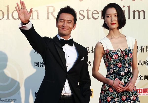 """Huỳnh Hiểu Minh rạng rỡ trong niềm vui chiến thắng. Anh giành giải Nam diễn viên xuất sắc với bộ phim """"Đối tác Trung Quốc""""."""