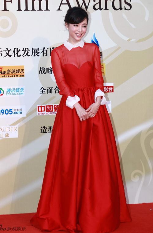 Trương Tịnh Sơ đẹp rực rỡ với bộ đầm đỏ.