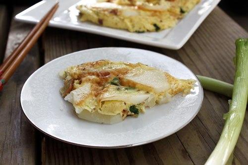 Ngoài trứng rán thông thường, thỉnh thoảng bạn đổi bữa rán trứng với khoai tây, ăn bùi bùi.