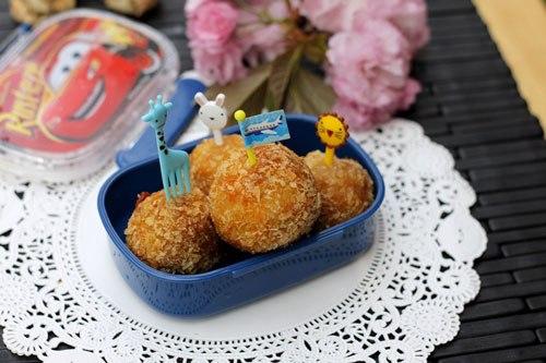 Lớp vỏ giòn rụm, trong là nhân thịt lẫn khoai tây bùi và phô mai béo ngậy, có thể ghim bằng dĩa hình thú dễ thương dụ bé ăn nhiều hơn.