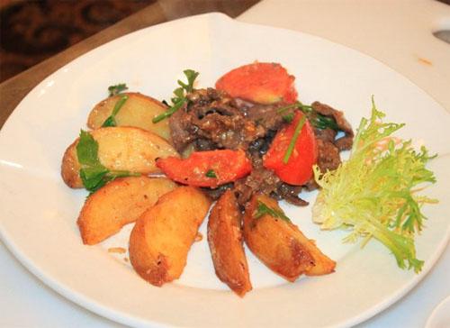 Món ăn có cái bùi béo của khoai tây, mềm ngọt của thịt bò, hương thơm của rau cần hòa trong hương vị đậm đà của gia vị.