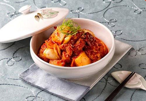 Dakbokkeumtang - gà sốt khoai tây là món ngon cổ truyền của Hàn Quốc, được làm bằng thịt gà, khoai tây với gia vị cay.