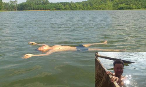 Anh Dũng biểu diễn khả năng tự nổi trên mặt nước suốt hơn một giờ đồng hồ.