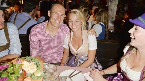 Sau trận thắng 1-0 trướcWolfsburg hôm cuối tuần, tiền vệ Robben cùng bà xãBernadien tiếp tục tham gia lễ hội bia.