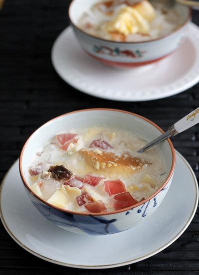 Một chút biến tấu từ caramen thông thường, thêm nước cốt dừa béo ngậy, thạch và nhãn khô giòn mát, bạn đã có món ăn giải nhiệt sảng khoái.