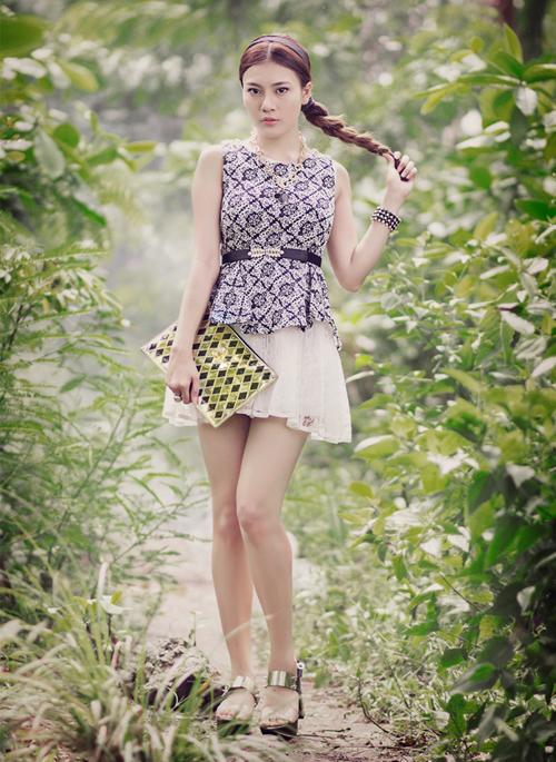 Thay vì sơ vin áo trong váy, các cô gái có thể bỏ áo ngoài và bổ sung chiếc thắt lưng để định hình vòng eo.