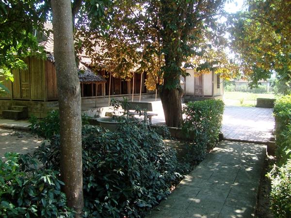 Ngôi nhà cấp 4 với 3 gian truyền thống, nằm giữa tán cây xanh mát.Năm 1947, giặc Pháp đốt cháy trụi ngôi nhà cũ của gia đình Đại tướng. Năm 1977, ngôi nhà được gia đình Đại tướng và chính quyền địa phương phục dựng nguyên trạng trên nền đất cũ.