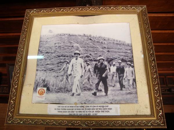 Bức ảnh Đại tướng Võ Nguyên Giáp và Chủ tịch Hồ Chí Minh ra thao trường tổ chức diễn tập mẫu chiến thuật ở Sơn Tây năm 1957.