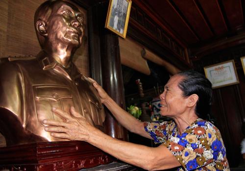 Bà Võ Thị Lài ôm tượng chân dung đại tướng Võ Nguyên Giáp khóc ngất khi nghe tin vị tướng tài ba đã qua đời. Ảnh: Nguyễn Đông
