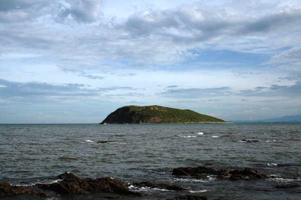 Thuộc xã Quảng Đông, huyện Quảng Trạch, tỉnh Quảng Bình, Vũng Chùa - Đảo Yến là khu du lịch nổi tiếng nằm ở phía Bắc tỉnh Quảng Bình.