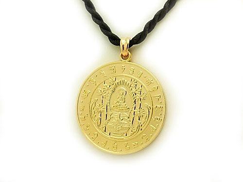 Mặt dây chuyền với biểu tượng Phật Dược Sư.
