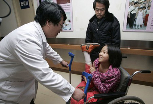 In 2005, after attention in the Chinese press, Qian traveled to Beijing to receive free artificial limbs at the China Rehabilitation Research Center, a center that has been providing help to the disabled in China for over 20 years. This photo, from 2007, shows her receiving a larger set of limbs after she had grown.