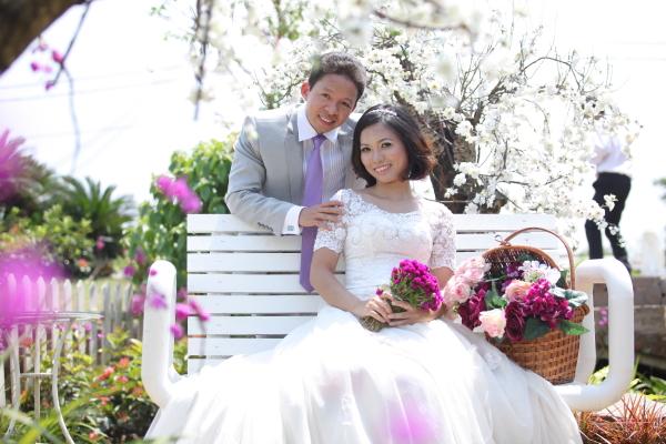 Ngoài vườn hoa cúc hoa mai nào khác chi tranh Ban mai mình ngắm vườn xanh Đêm đêm rực rỡ giàn mành Đời mình đẹp mãi với Em và Anh Đời mình đẹp mãi dưới túp lều xinh