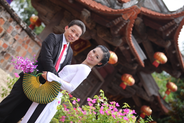 Ơi vút cong mái đình Ơi nước non ân tình Hồn Việt Nam như thế Hơ, thuở bình minn